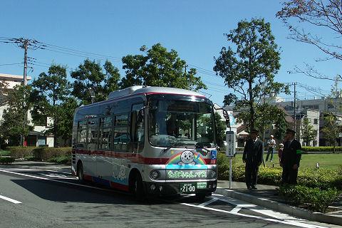 10月の写真:「地域住民と期待を乗せて「たまちゃんバス」発車」 (103KB)